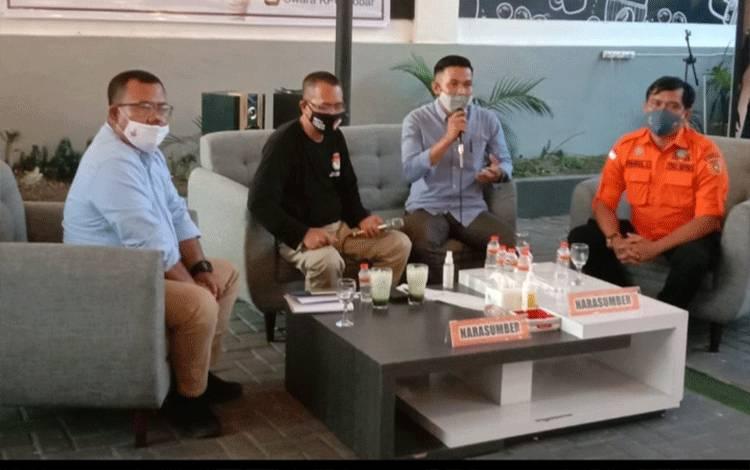 Salah seorang tokoh pemuda Kabupaten Kobar Muhammad Natsir menyampaikan peran generasi milenial dalam diskusi yang digelar KPU Kobar, Rabu, 28 Oktober 2020.