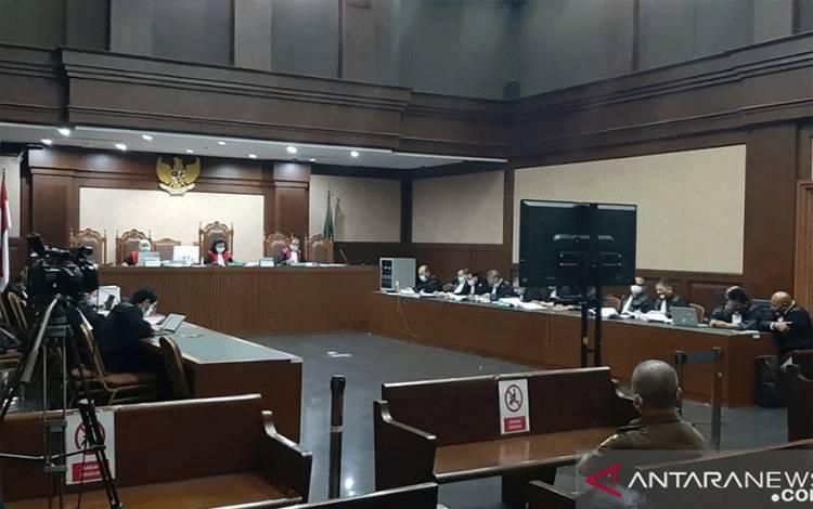 Terdakwa kasus dugaan tindak pidana korupsi PT Asuransi Jiwasraya, Benny Tjokrosaputro menyanggah pernyataan Jaksa Penuntut Umum (JPU) yang mengaitkan dirinya dengan PT Asuransi Jiwa WanaArtha (WanaArtha Life) pada sidang lanjutan di Pengadilan Tipikor, Jakarta, Kamis (22/10/2020). (ANTARA/ Istimewa)