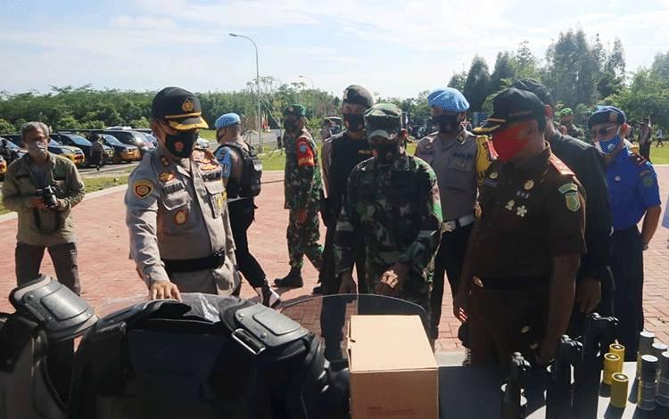 Kapolres Pulang Pisau AKBP Yuniar Ariefianto saat mengecek kesiapan peralatan untuk pengawalan menghadapi libur panjang cuti bersama.