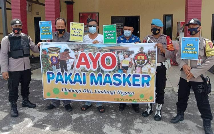 Personel Polsek Banama Tingang saat mengajak masyarakat menggunakan masker dan taat protokol kesehatan.