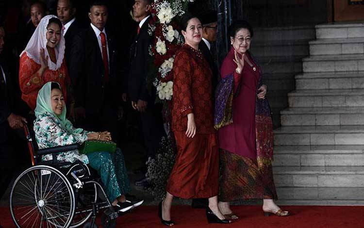 Presiden kelima RI Megawati Soekarno Puteri (kanan) dan Menteri Koordinator Bidang Pembangunan Manusia dan Kebudayaan Puan Maharani (ketiga kiri) berjalan bersama diikuti istri Presiden keempat RI Abdurrahman Wahid, Sinta Nuriyah Wahid dan anaknya Yenny Wahid, sebelum mengikuti Sidang Tahunan, di Ruang Rapat Paripurna, Kompleks Parlemen, Jakarta, Jumat, 16 Agustus 2019. ANTARA/Puspa Perwitasari