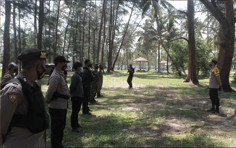 Kapolres Seruyan AKBP Bayu Wicaksono saat turun langsung mengingatkan pengunjung pantai, agar disiplin terapkan protokol kesehatan.