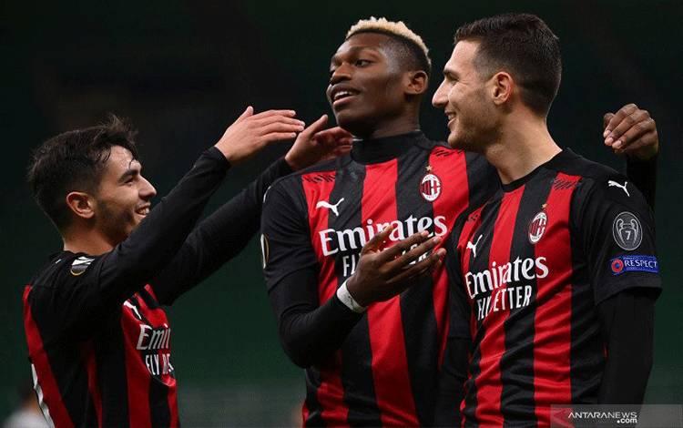 Bek AC Milan Diogo Dalot (kanan) merayakan gol yang dicetaknya bersama dengan Rafael Leao (tengah) dan gelandang Brahim Diaz pada pertandingan Grup H Liga Europa melawan Sparta Praha yang dimainkan di Stadion Giuseppe Meazza, Milan, Kami (29/10/2020). (ANTARA/AFP/MARCO BERTORELLO)