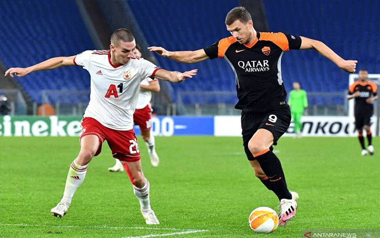 Bek CSKA Sofia Valentin Antov (kiri) berduel dengan penyerang AS Roma Edin Dzeko (kanan), pada pertandingan putaran kedua Grup A Liga Europa yang dimainkandi Stadion Olimpico, Roma, Kamis (29/10/2020). (ANTARA/AFP/TIZIANA FABI)