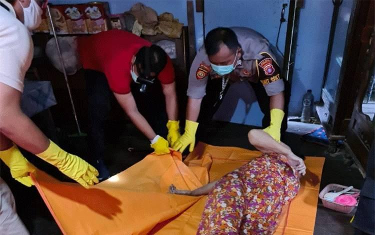 Sejumlah angota Polres Kotim saat mengevakuasi jenazah Hj Cahayang yang diduga jadi korban perampokan.