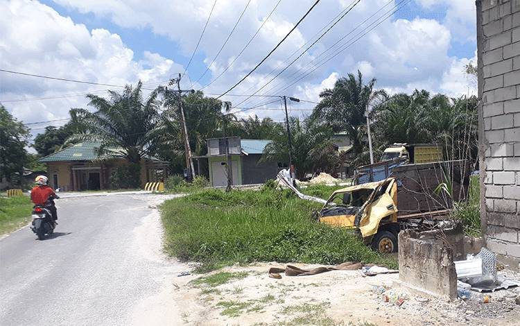 Truk muatan kayu ringsek terperosok ke paritsetelah hilang kendali lantaran pemotor di depannya ngerem mendadakdi jalan menurun di Jalan Cilik Riwut 1, Kelurahan Sidorejo, Kecamatan Arsel.