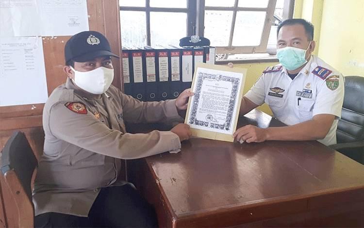 Personel Polsek Dusun Tengah melakukan sosialisasi protokol kesehatan di Terminal Ampah.
