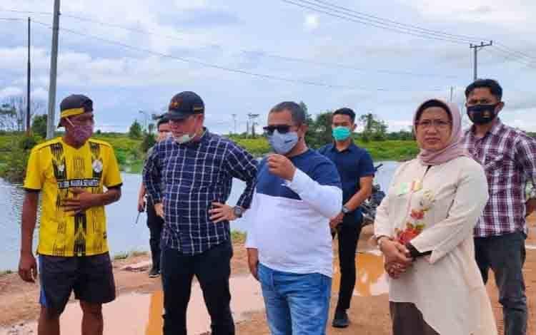 Plt. Gubernur Kalteng Habib Ismail Bin Yahya saat meninjau lokasi banjir di ruas jalan antara Pangkalan Bun-Kotawaringin Lama
