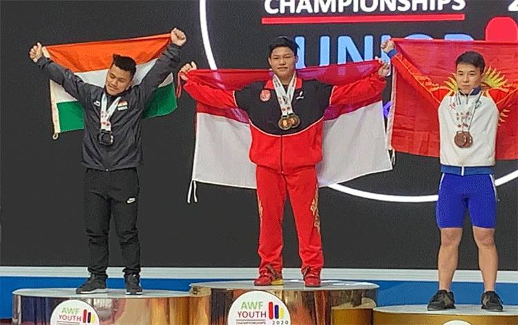 Lifter Indonesia Muhammad Faathir ketika meraih medali emas kejuaraan angkat besi junior di Tashkent, Uzbekistan, 15 Februari 2020. Indonesia mengirimkan Faathir dan tiga lifternya untuk tampil pada Kejuaraan Dunia Angkat Besi Remaja Virtual di Lima, Peru, 11-18 November mendatang. (ANTARA/HO/PB PABBSI)
