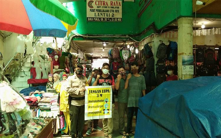 Bhabinkamtibmas Polsek Pahandut, Aipda Agus Triyanto bersama warga.