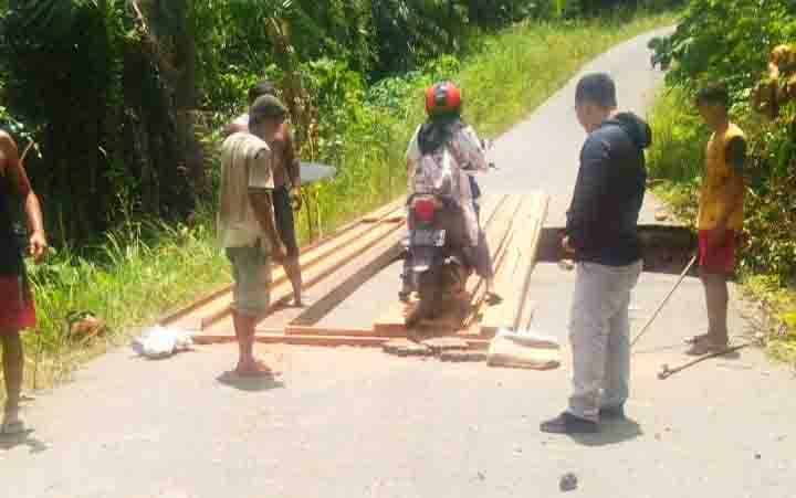 Jembatan sementara yang dibangun pada jalan rusak menuju Desa Trinsing.