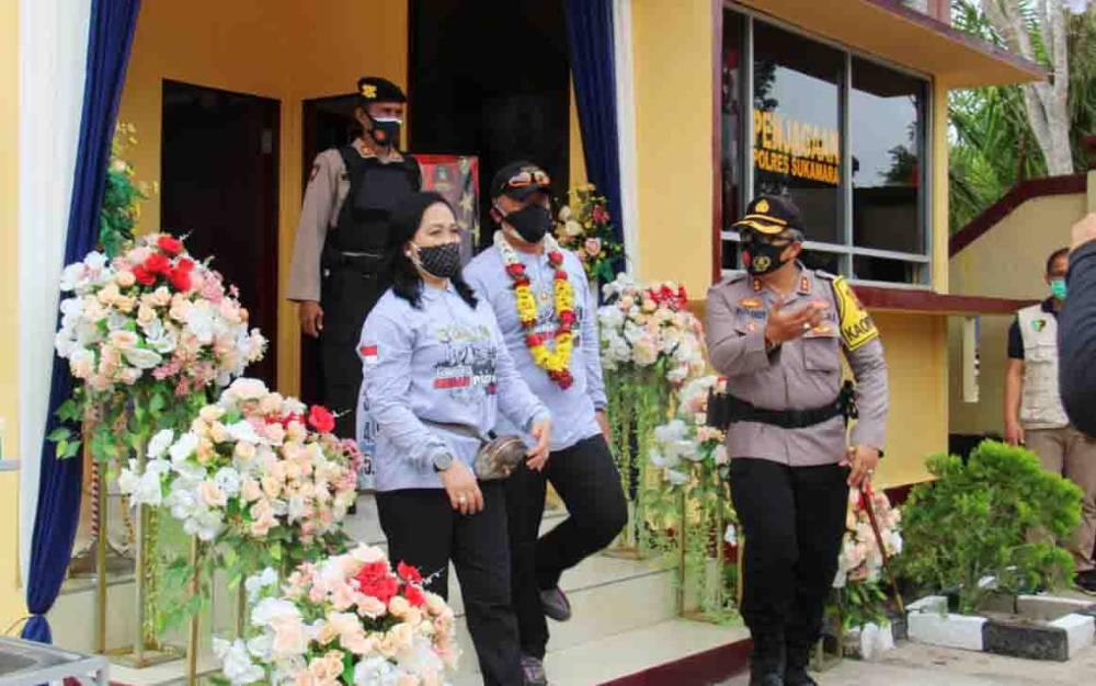 Kapolda Kalteng Irjen Pol Dedi Prasetyo didampingi Ketua Bhayangkari saat meresmikan Gedung Penjagaan Polres Sukamara, Sabtu, 31 Oktober 2020.