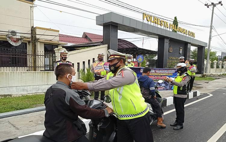 Anggota Satlantas Polresta Palangka Raya bersikap humanis saat menggelar Operasi Zebra Telabang. Para kesempatan itu, anggota mengingatkan tertib berlalu lintas dan protokol kesehatan. (Istimewa)