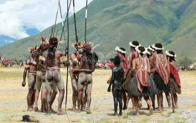 Peserta mempertunjukan tarian tradisional dalam Festival Budaya Lembah Baliem, di Distrik Welesi, Kabupaten Jayawijaya, Wamena, Papua, 8 Agustus 2017. Walau pun keadaan sudah modern, tapi suku Dani tetap mempertahankan adat istiadat dan tradisi mereka dengan menggunakan koteka. (foto : Tempo/Rully Kesuma)