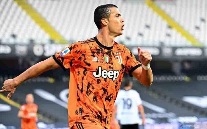 Penyerang Juventus Cristiano Ronaldo merayakan gol yang dicetaknya ke gawang Spezia pada pertandingan Liga Italia yang dimainkan Stadion Dino Manuzzi, Cesena, Minggu (1/11/2020). (foto : ANTARA/AFP/VINCENZO PINTO)