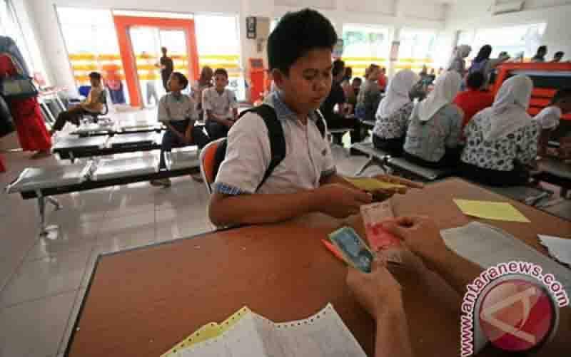 Sejumlah siswa mengantre pembagian Beasiswa Bantuan Siswa Miskin (BSM) di Kantor Pos Cabang Indramayu, Jawa Barat, Jumat (20/12). (foto : ANTARA FOTO/Dedhez Anggara)