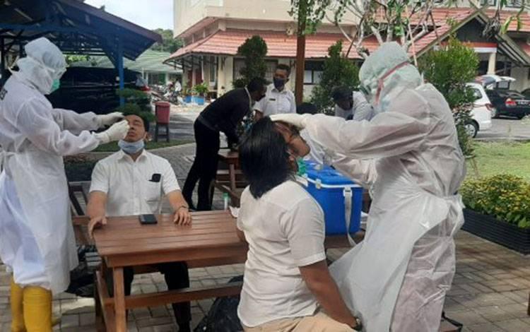 Tim Kesehatan Mobile PCR Dhira Brata Rumah Sakit Bhayangkara Tingkat III Palangka Raya melakukan swab test Covid-19 terhadap pegawai BPKP Kalteng.