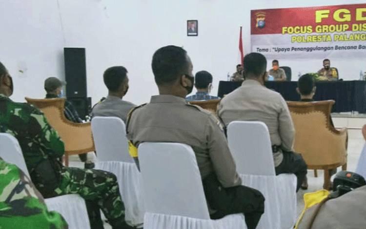 Suasana diskusi membahas langkah dalam mengantisipasi banjir di Kota Palangka Raya.
