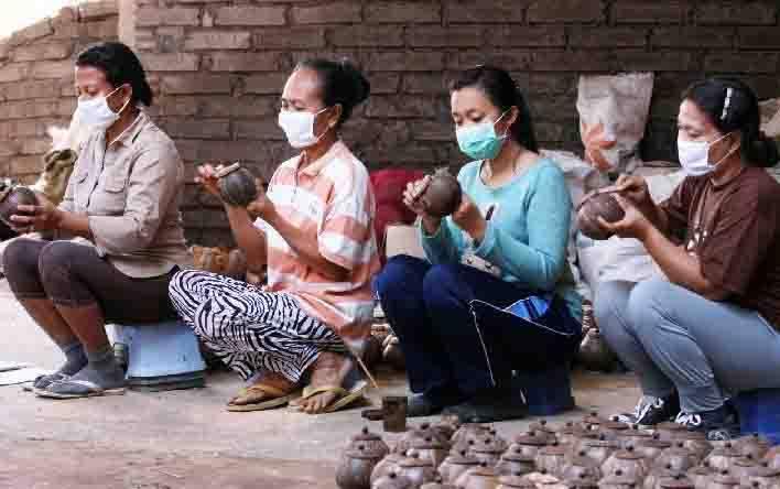 Para pelaku UMKM sedang membuat kerajinan tangan dari bahan kelapa. (foto : teras.id)