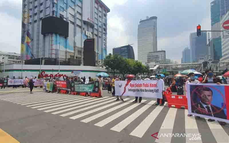 Kondisi lalu lintas Jalan MH Thamrin yang tertutup massa aksi yang melakukan unjuk rasa di depan Kedutaan Besar Prancis, Rabu (4/11/2020). (foto : ANTARA/Livia Kristianti)