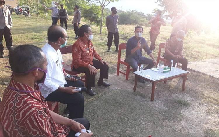 Mendikbud RI Nadiem Makarim berdialog dengan para guru dan kepala sekolah, didampingi oleh Gubernur Sulteng Longki Djanggola dan Pejabat Kemendikbud, saat Nadiem berkunjung ke Palu, Rabu (4/11/2020) ANTARA/Muhammad Hajiji