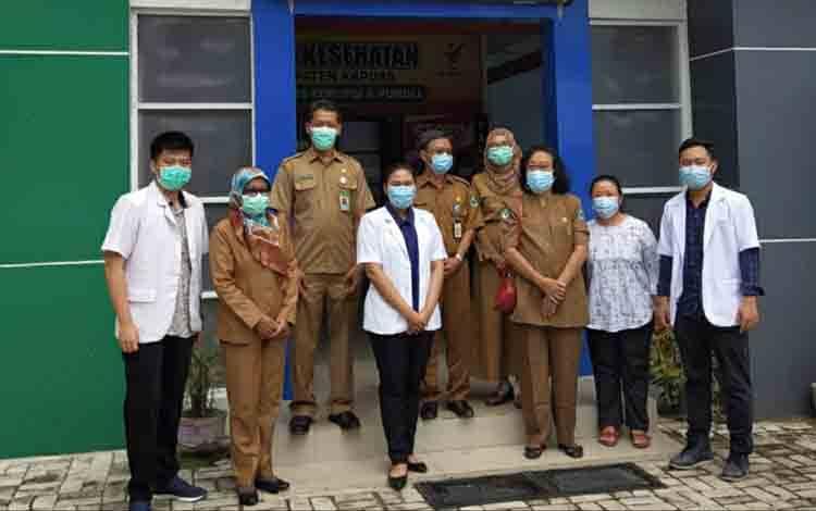 Kepala Dinas Kesehatan Kapuas, Apendi bersama para Dokter Internsip yang telah selesaikan PKL.
