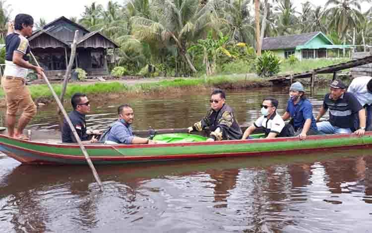 Halikinnor bersama tim saat melakukan sosialisasi di wilayah selatan dengan menggunakan perahu kelotok
