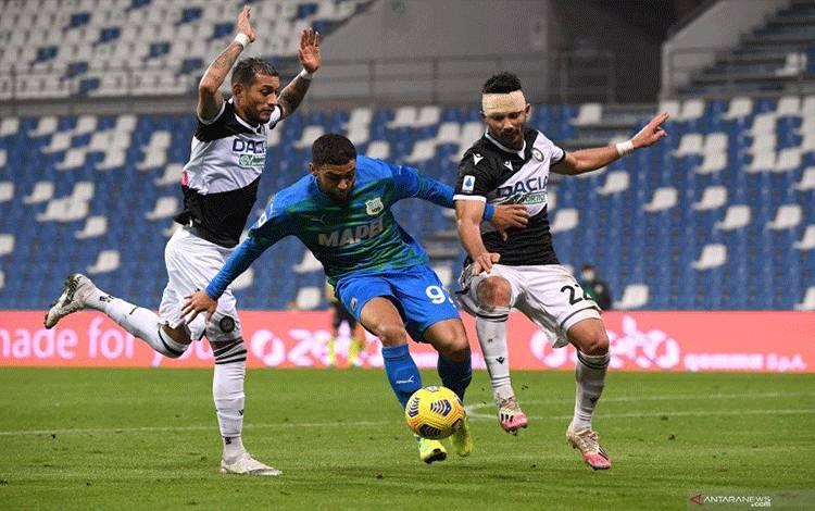 Pemain Sassuolo Gregoire Defrel (tengah) diapit oleh dua pemain Udinese pada pertandingan Liga Italia yang dimainkan di Stadion Mapei, Sassuolo, Jumat (6/11/2020). (ANTARA/REUTERS/ALBERTO LINGRIA)