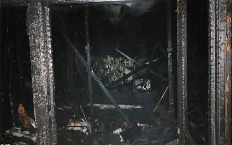 Rumah warga ludes terbakar di Jalan Cilik Riwut, RT 2 Kelurahan Selat Dalam, Kecamatan Selat pada Sabtu malam, 7 November 2020.