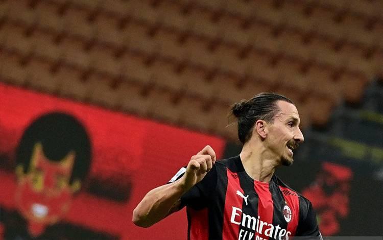 Penyerang AC Milan Zlatan Ibrahimovic merayakan gol yang dicetaknya ke gawang Verona pada pertandingan Liga Italia yang dimainkan di Stadion San Siro, Milan, Minggu (8/11/2020). (ANTARA/AFP/MIGUEL MEDINA)