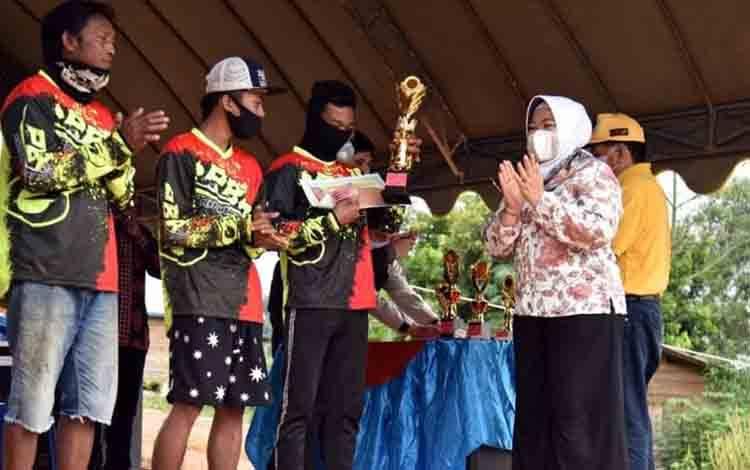 Bupati Kobar, Nurhidayah menyerahkan hadiah lomba perahu ketinting