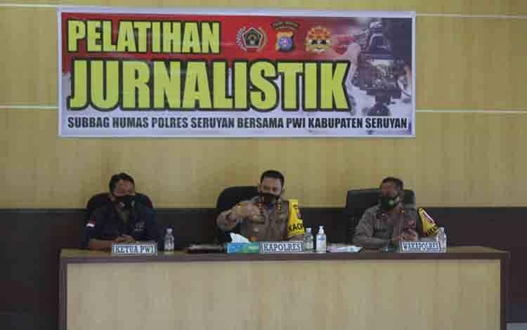 Kapolres Seruyan AKBP Bayu Wicaksono saat membuka pelatihan jurnalistik.