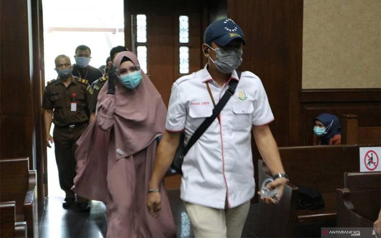 Mantan Kepala Subbagian Pemantauan dan Evaluasi II Biro Perencanaan Jaksa Agung Muda Pembinaan Kejaksaan Agung Pinangki Sirna Malasari memasuki ruang sidang di Pengadilan Tindak Pidana Korupsi (Tipikor) Jakarta, Rabu (11-11-2020). ANTARA/Desca Lidya Natalia