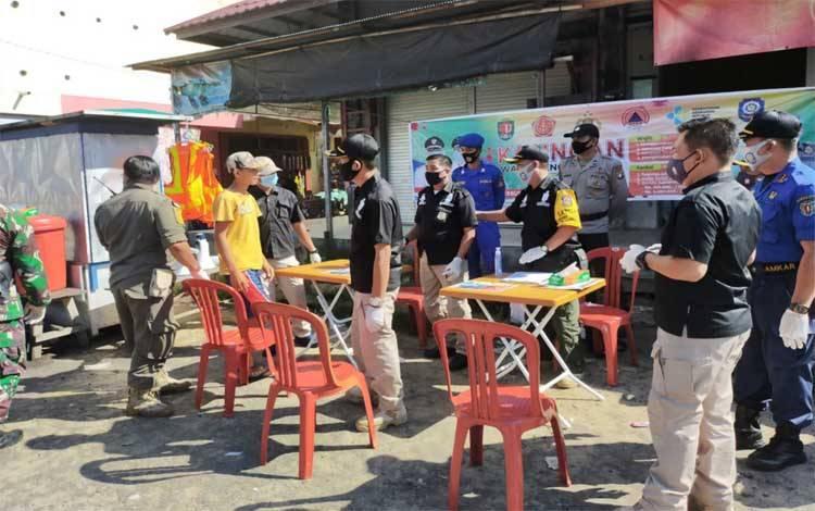 Tim gabungan menggelar operasi yustisi di Pasar Pegatan Katingan Kuala