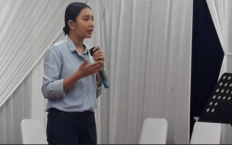 Monica Putri, anak dari Owner CBI Group H Abdul Rasyid AS saat menyampaikan motivasi kepada para generasi milenial.