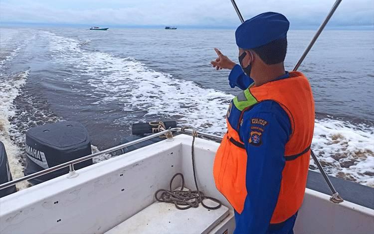 Anggota Satuan Polair Polres Seruyan melaksanakan patroli perairan untuk mencegah gangguan kamtibmas.