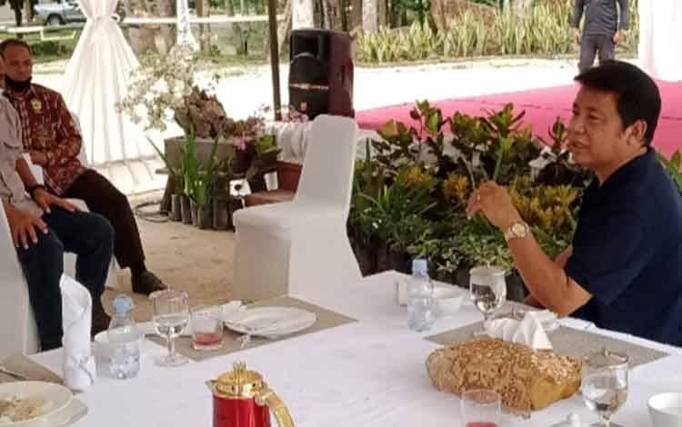 Owner CBI Group H. Abdul Rasyid AS sedang berbincang bersama masyarakat sekitar perkebunan miliknya, Jumat, 13 November 2020