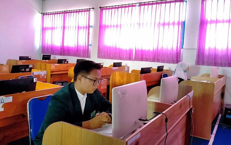 Peserta didik MAN Kapuas saat mengikuti Kompetisi Sains Madrasah secara Online.