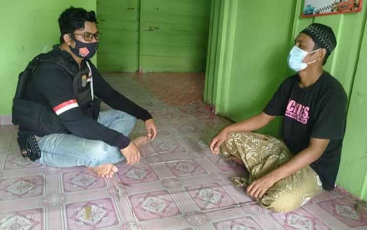 Personel Polsek Seruyan Hilir menyambangi warga untuk memberikan pesan kamtibmas.
