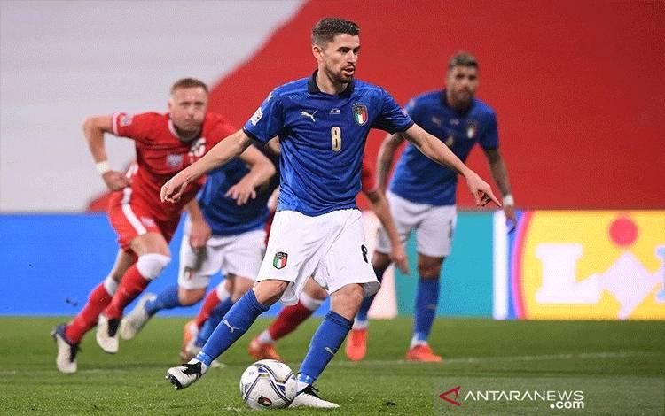Gelandang tim nasional Italia Jorginho mengkonversi tendangan penalti untuk mencetak gol ke gawang Polandia dalam lanjutan UEFA Nations League Divisi A Grup 1 (A1) di Stadion MAPEI, Reggio Emilia, Italia, Minggu (15/11/2020) waktu setempat. (ANTARA/REUTERS/Alberto Lingria)