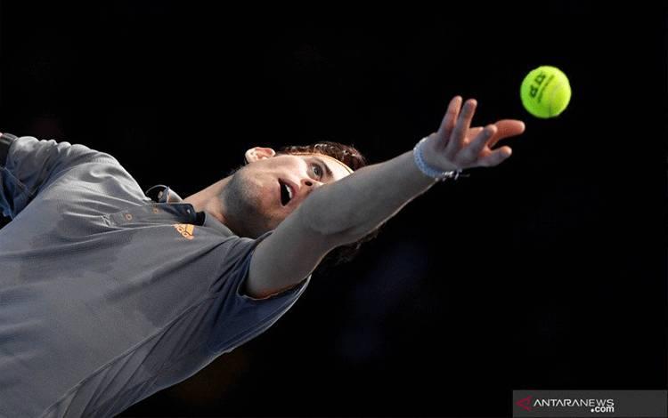 Petenis Austria Dominic Thiem mengembalikan bola ke arah petenis Serbia Novak Djokovic pada pertandingan ATP Finals di The O2, London, Rabu (13/11/2019). Djokovic kalah dengan skor 7-6 (7-5), 3-6, 6-7 (7-5). ANTARA FOTO/Action Images via Reuters/Tony O'Brien/pras.