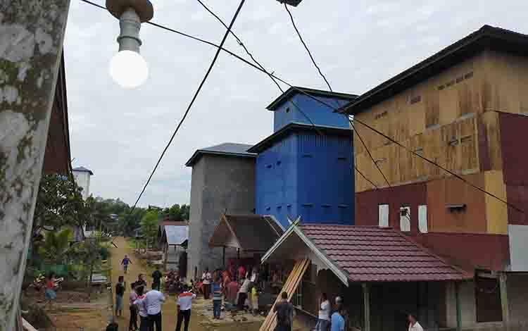 Warga Desa Tumbang Sepayang masih mendambakan aliran listrik.