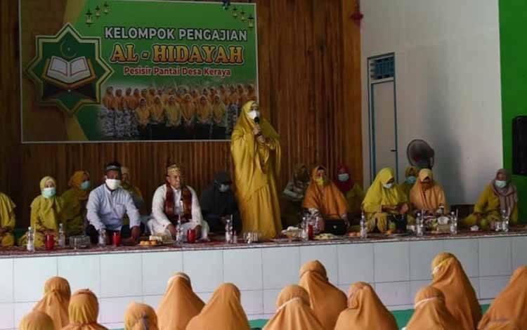 Bupati Kobar, Hj Nurhidayah saat menghadiri peringatan Maulid Nabi Muhammad SAW di Desa Keraya, Kecamatan Kumai. Minggu, 15 November 2020.
