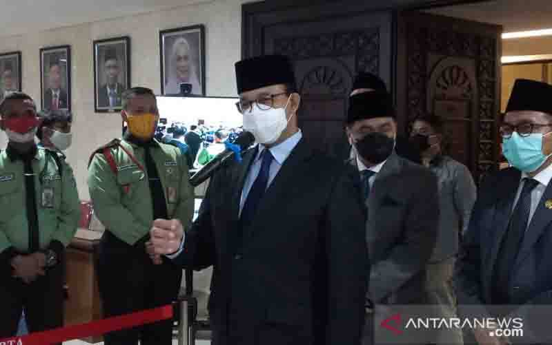 Gubernur DKI Jakarta Anies Baswedan memberikan pernyataan pada awak media seusai Rapat Paripurna di Gedung DPRD DKI Jakarta, Senin (16/11/2020). (foto : ANTARA/Ricky Prayoga)