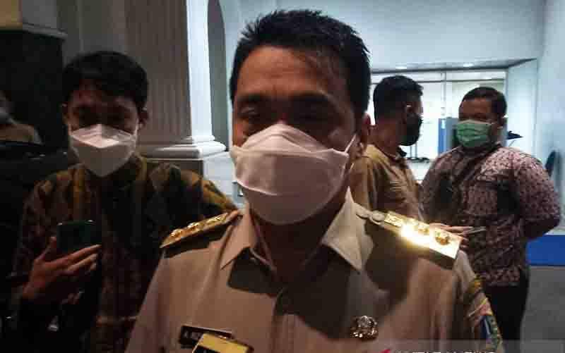 Wakil Gubernur DKI Jakarta Ahmad Riza Patria memberikan pernyataan di Balai Kota Jakarta, Selasa (27/10/2020). (foto : ANTARA/Ricky Prayoga/am)