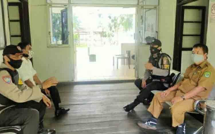 Personel Polsek Kapuas Hilir saat menyambangi dan berpatroli ke kantor PPK setempat untuk menjaga Kamtibmas.