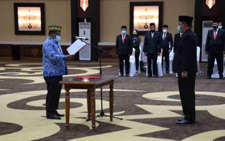 Plt Gubernur Kalteng Habib Ismail saat melantik Ketua Komite Advokasi Daerah Anti Korupsi Provinsi Kalteng Fahrizal Fitri
