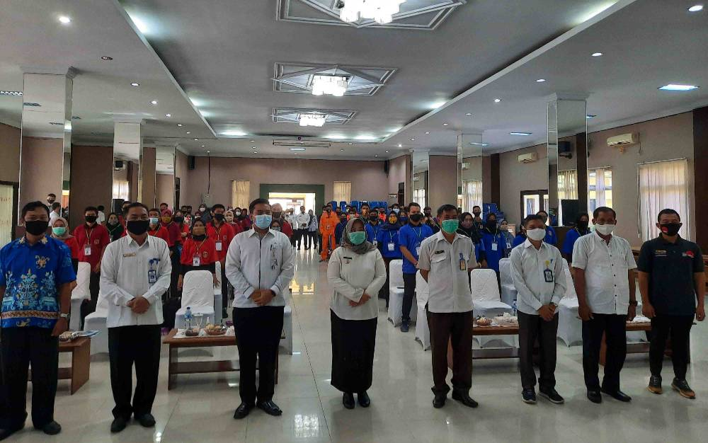 Bupati Kobar, Hj Nurhidayah (tengah) dan pejabat dari instansi terkait foto bersama peserta pelatihan kejuruan berbasis kompetensi 2020, Rabu, 18 November 2020.
