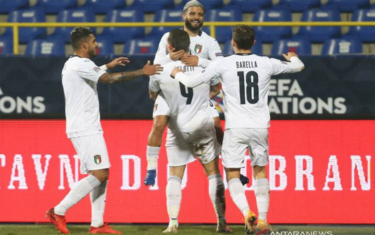 Para pemain Italia merayakan gol yang dicetak Andrea Belotti ke gawang Bosnia-Herzegovina dalam pertandingan terakhir Divisi A Grup 1 (A1) UEFA Nations League yang dimainkan di Stadion Grbavica, Sarajevo, Rabu (18/11/2020). (ANTARA/REUTERS/DADO RUVIC)