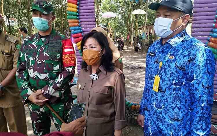 Plt Bupati Pulang Pisau, Pujirustaty Narang saat mengapresiasi program karya bakti TNI dan berharap program itu bisa terus dilanjutkan, Rabu, 19 November 2020.